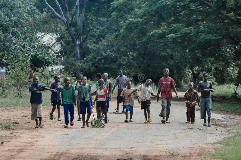 Troep van jonge Afrikaanse jongens stock afbeeldingen
