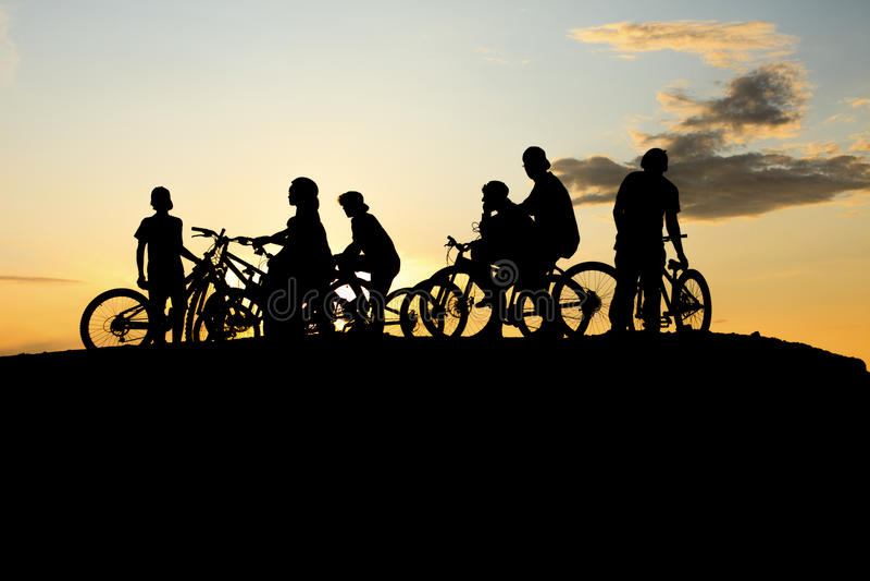 Troepfiets en gele zonsondergang stock afbeelding