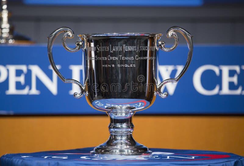Trofé för US Openmansinglar som framläggas på US Openattraktionceremonin 2013