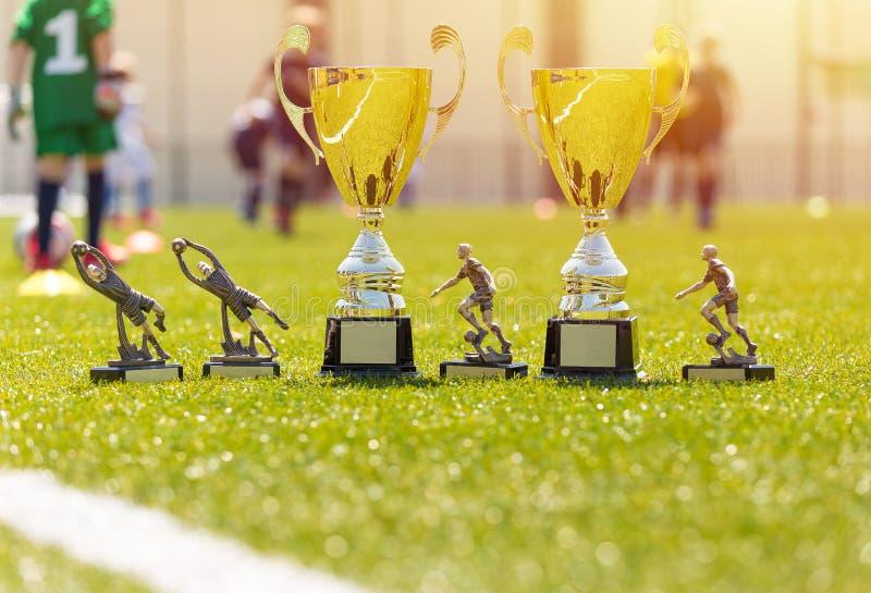 Troféer för fotbollfotbollturnering Glänsande guld- utmärkelser för det bästa laget royaltyfri fotografi