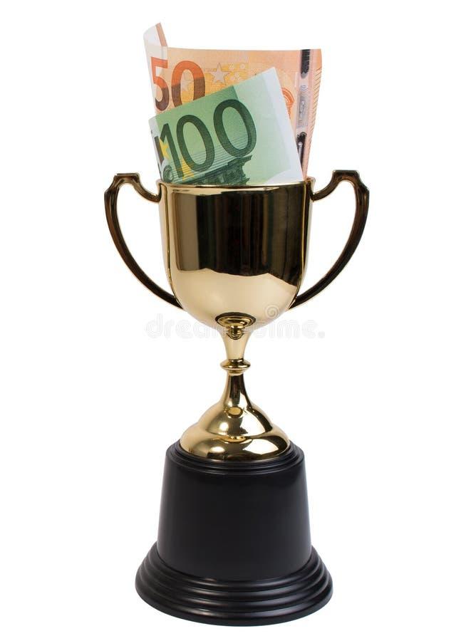Trofeo de oro clásico o taza de oro con el billete de banco euro aislado en el fondo blanco imagen de archivo