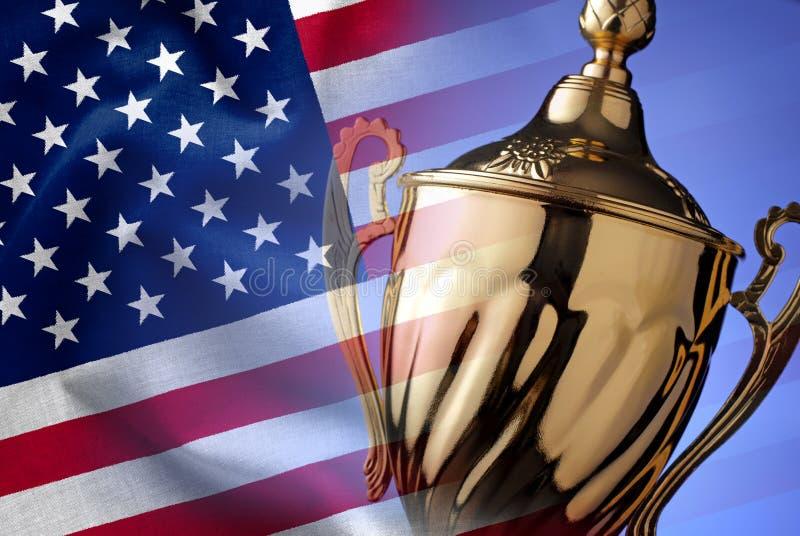 Trofeo de plata de los ganadores con la bandera americana fotografía de archivo
