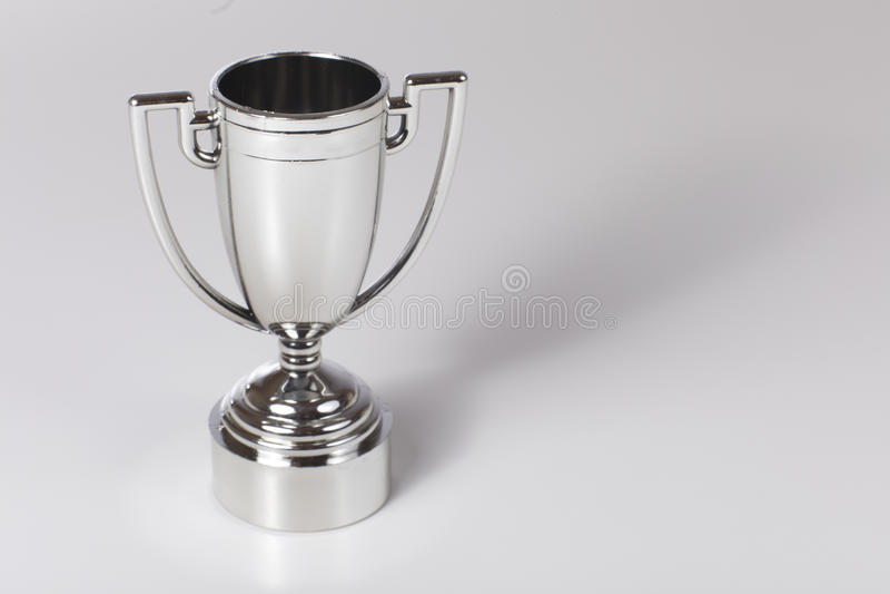 Trofeo de plata para el ganador de una competencia imagenes de archivo