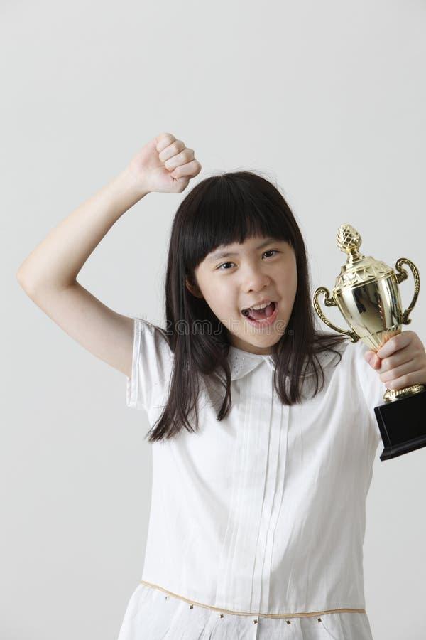 Trofeo della tenuta della ragazza immagini stock libere da diritti