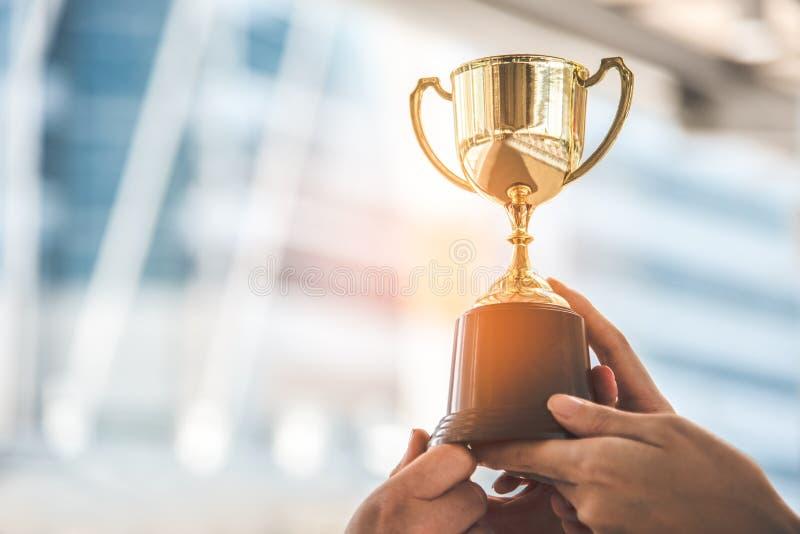 Trofeo dorato del campione per il fondo del vincitore Concetto di risultato e di successo Sport e tema del premio della tazza fotografie stock libere da diritti