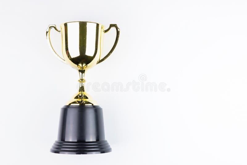 Trofeo dorato isolato su fondo bianco con spazio per la vostra m. immagine stock libera da diritti