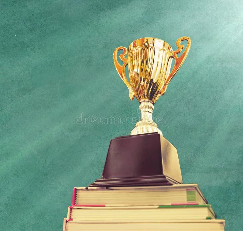 Trofeo en la pila superior de libro imágenes de archivo libres de regalías