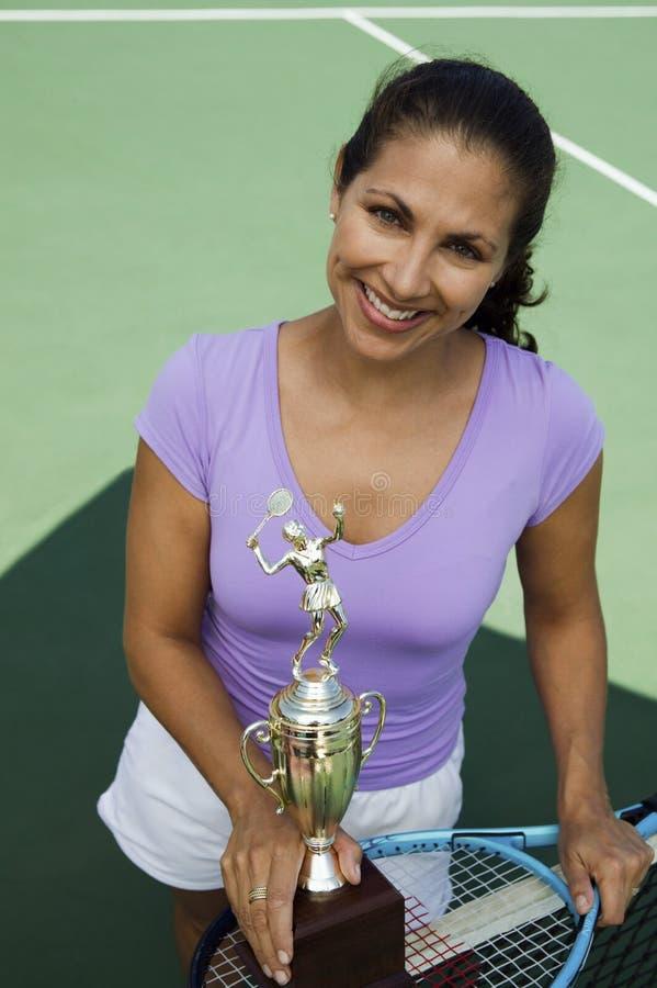 trofeo femenino de la explotación agrícola del jugador de tenis del Mediados de-adulto imagenes de archivo