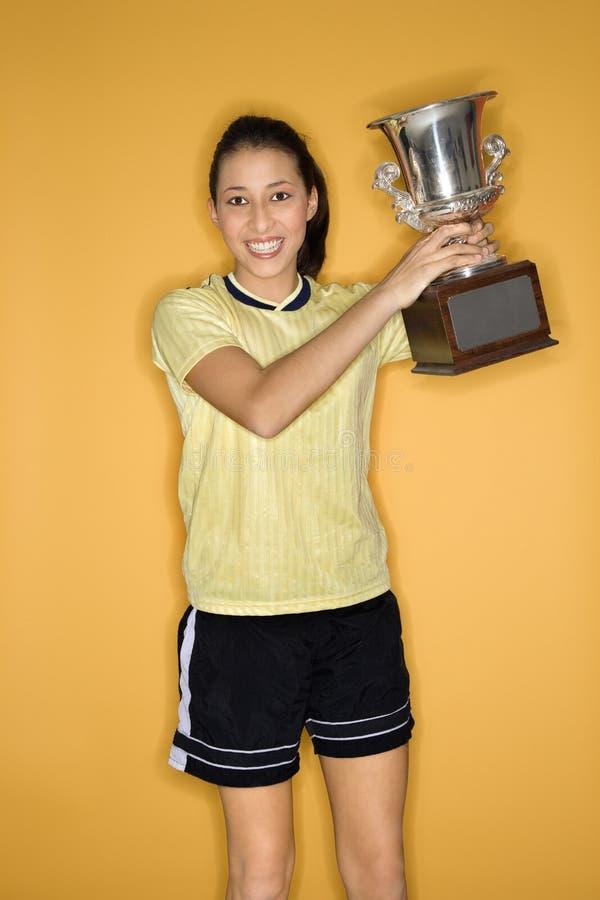 Trofeo teenager della holding della ragazza. immagine stock libera da diritti