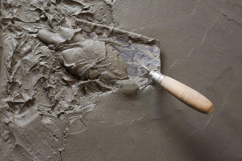 Troffel met natte concrete vloer royalty-vrije stock fotografie