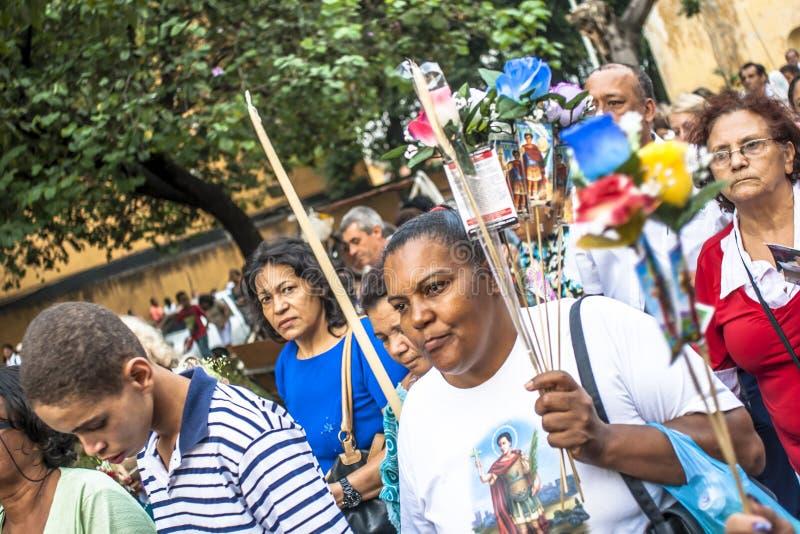 Troget fira den heliga dagen Expedito i den Santo Expedito kyrkan, i grannskapen av ljus arkivfoton