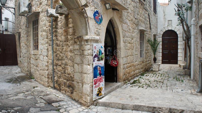 Trogir, Κροατία - 07/25/2015 - πέτρινα σπίτια στη στενή οδό της παλαιάς πόλης, όμορφη αρχιτεκτονική με τα archs και τα σκαλοπάτια στοκ φωτογραφίες