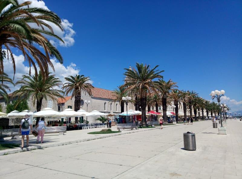 Trogir/Croacia - 26 de junio de 2017: Una opinión sobre la 'promenade' marina de Trogir imagen de archivo