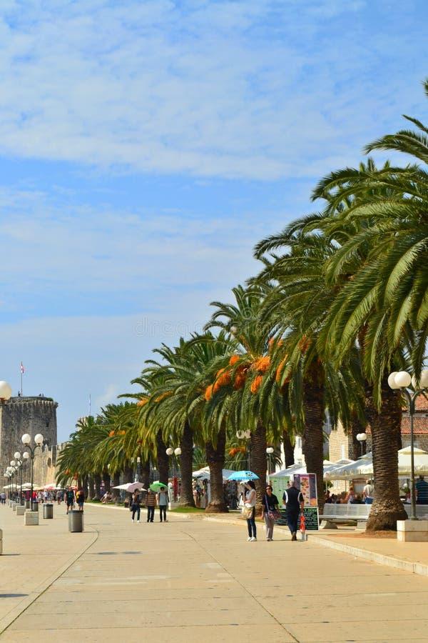 Trogir, Dalmatien/Kroatien - 10. September 2014: Städtischer Pier von Trogir im Stadtzentrum stockfotos