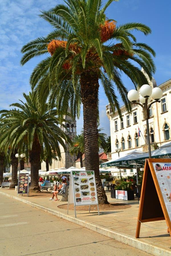 Trogir, Dalmatien/Kroatien - 10. September 2014: Städtischer Pier von Trogir im Stadtzentrum lizenzfreies stockfoto