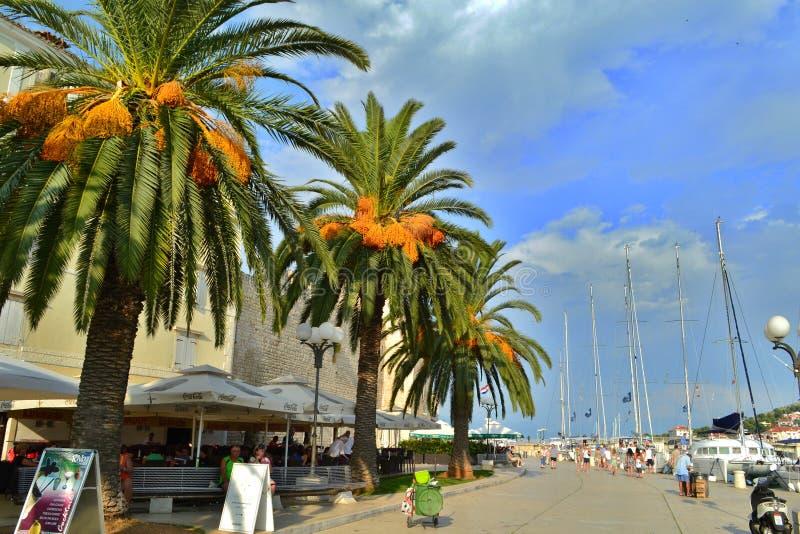 Trogir, Dalmatien/Kroatien - 8. September 2014: Städtischer Pier von Trogir im Stadtzentrum stockfotos