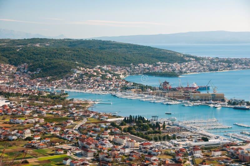 Trogir - eine historische Stadt und ein Hafen lizenzfreie stockfotos