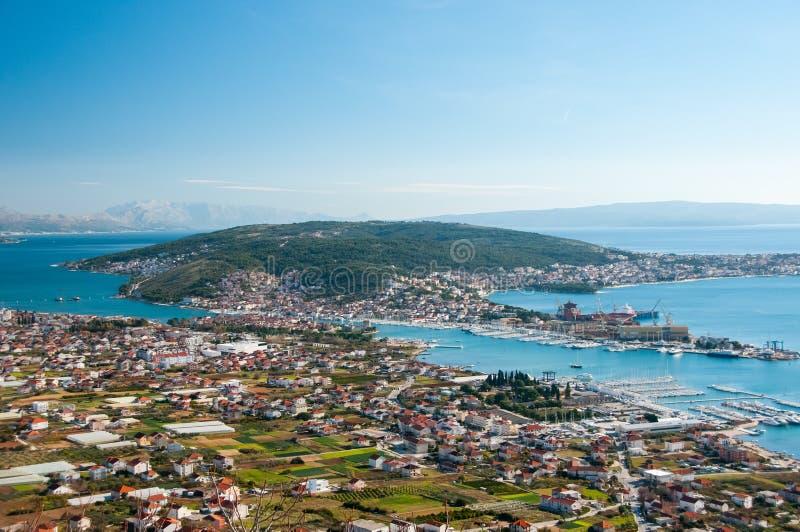 Trogir - eine historische Stadt und ein Hafen stockbild