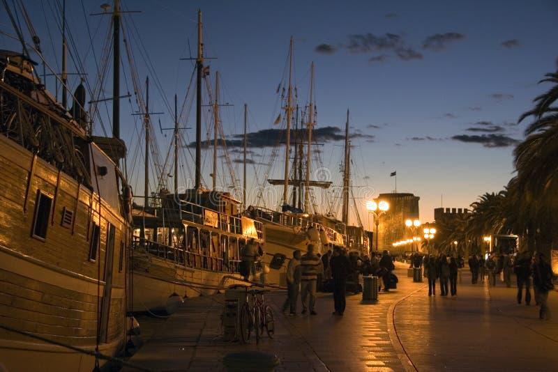 Costa de Trogir en puesta del sol imagenes de archivo