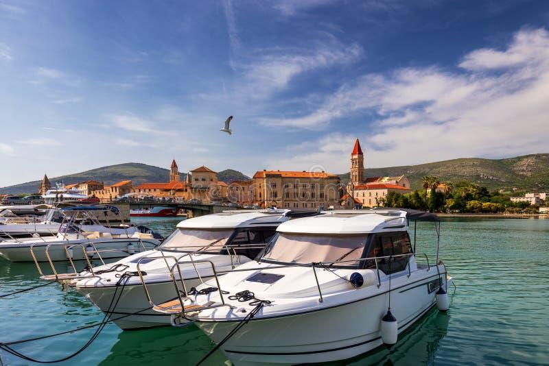 Trogir fartyg- och strandsikt, UNESCOstad i Kroatiengränsmärken Sikt av historiska byggnader och port med fartyg i den Trogir sta arkivfoton