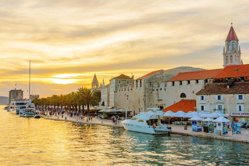 Trogir gammal stad med solnedgång royaltyfri foto