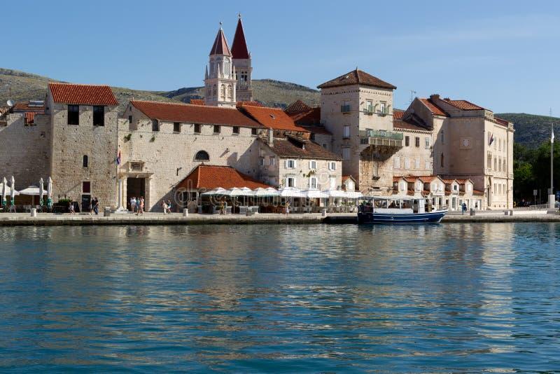 Trogir ist eine historische Stadt und ein Hafen auf der adriatischen Küste in der Aufspalten-Dalmatien Grafschaft, Kroatien stockbild