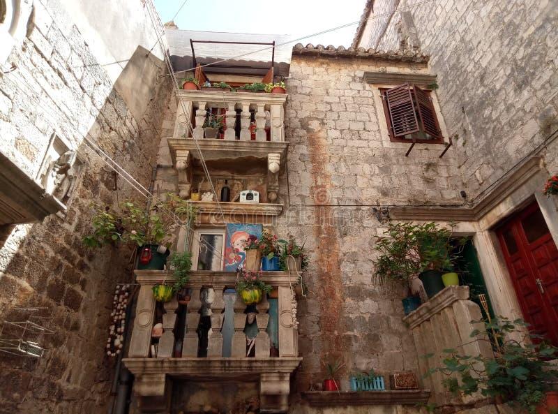 Trogir/Kroatië - Juni 26 2017: Kleine yard in van de binnenstad van Trogir royalty-vrije stock afbeeldingen