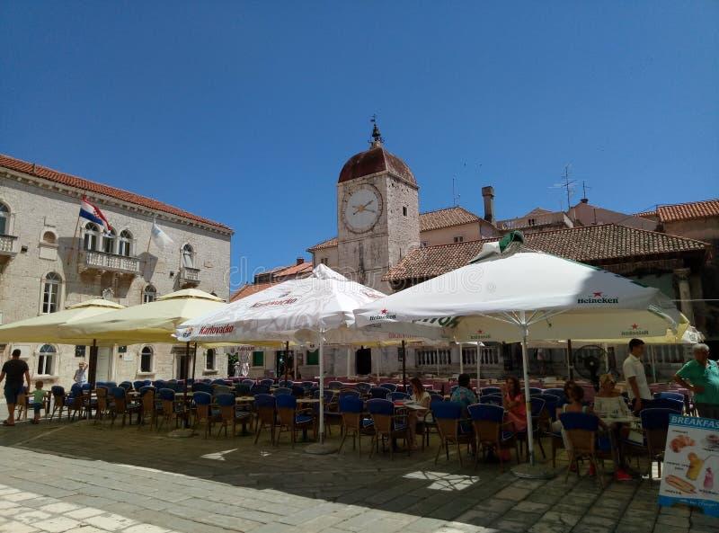 Trogir/Kroatien - 26. Juni 2017: Die Restauranttabellen im Freien auf Trogir-Quadrat im Stadtzentrum von Trogir lizenzfreies stockfoto