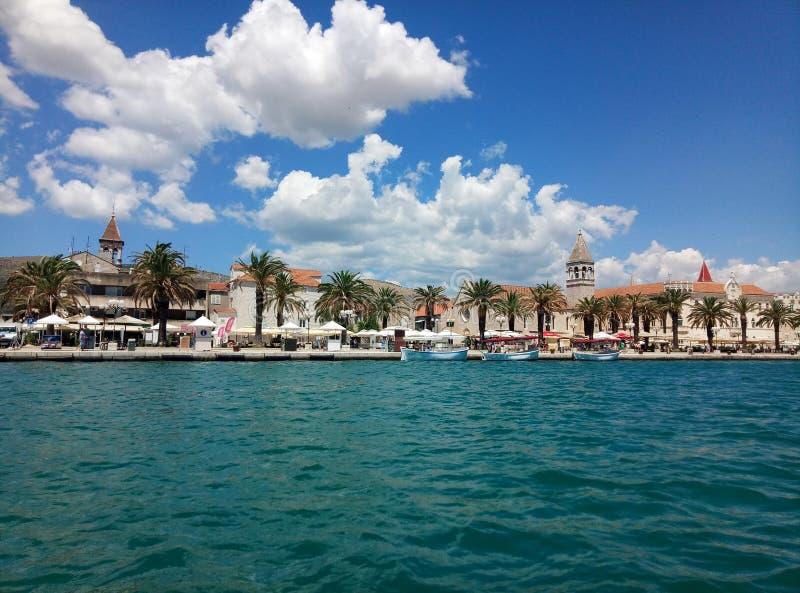 Trogir/Kroatien - 26. Juni 2017: Eine Ufergegendansicht über die Marinepromenade von Trogir vom Besichtigungsboot stockfoto