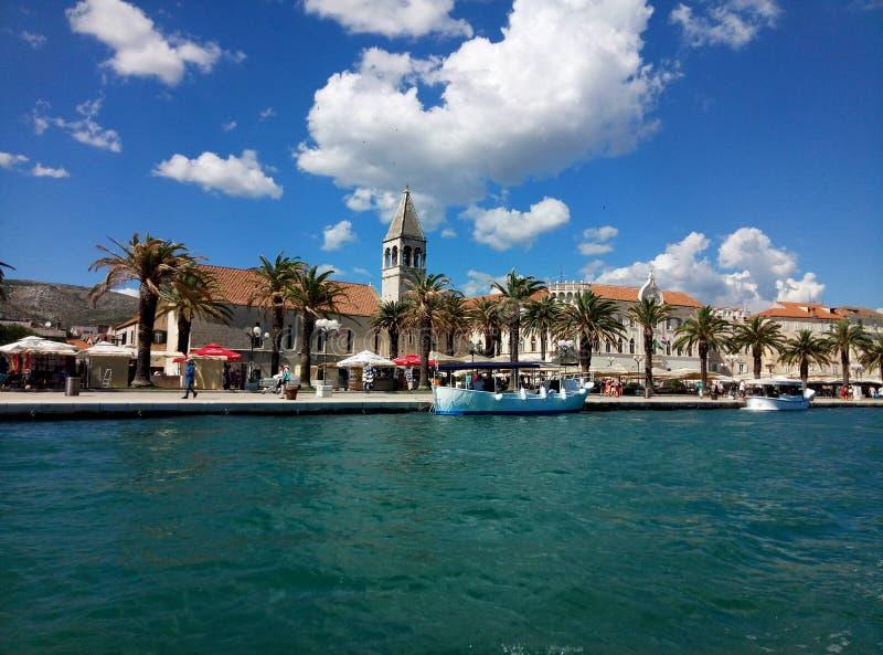 Trogir/Kroatien - 26. Juni 2017: Eine Ufergegendansicht über die Marinepromenade von Trogir vom Besichtigungsboot stockfotos