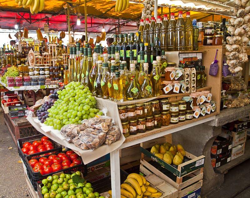 Trogir Kroatien - nya lokala produkter på skärm på marknaden arkivfoton