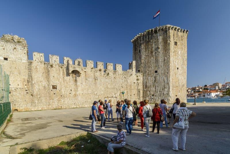 TROGIR KROATIEN, OKTOBER 01 2017: Turisten besöker kamerlengoen royaltyfria foton
