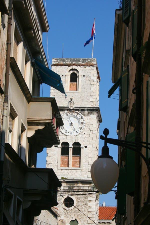 Trogir, opinión sobre la torre y la ciudad vieja, Croacia fotografía de archivo