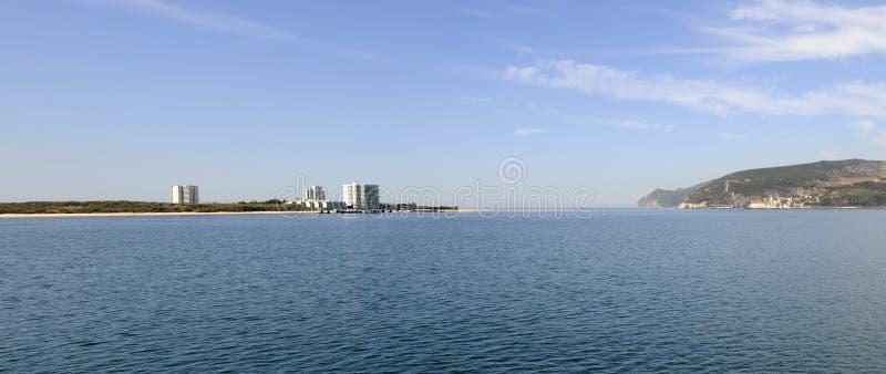 Troia półwysepa panorama, niebieskie niebo, woda, wakacje - Arrabida zdjęcia stock