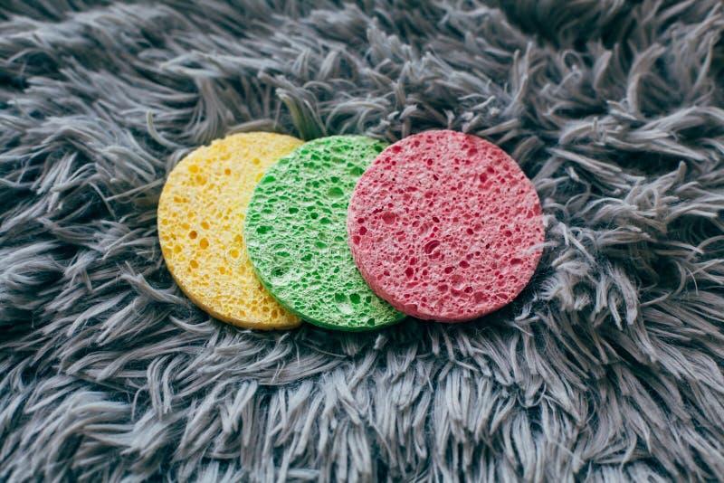 Trois éponges colorées pour se laver le visage photographie stock
