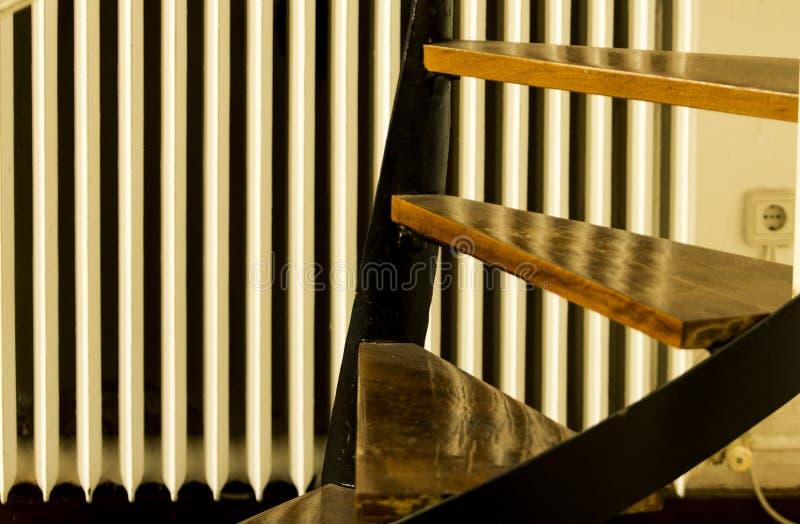 Trois étapes en bois d'un escalier avec le radiateur-appareil de chauffage à l'arrière-plan images stock