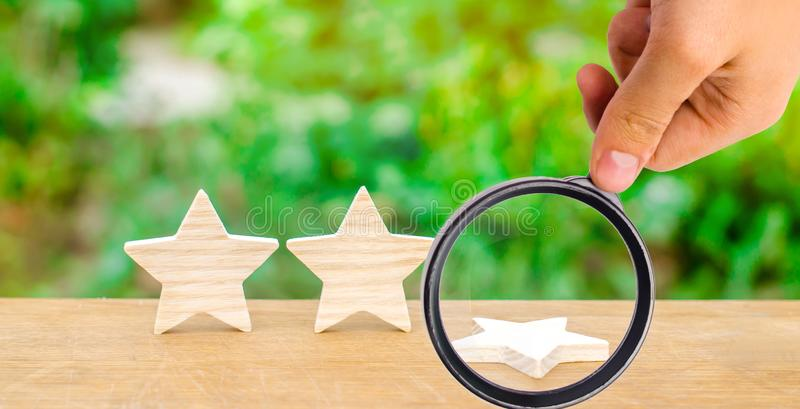 Trois étoiles, une étoile sont tombées Le concept d'une chute dans l'estimation et le qu photos libres de droits