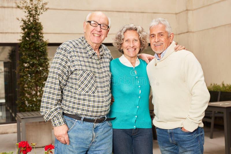Trois aînés retirés heureux photographie stock