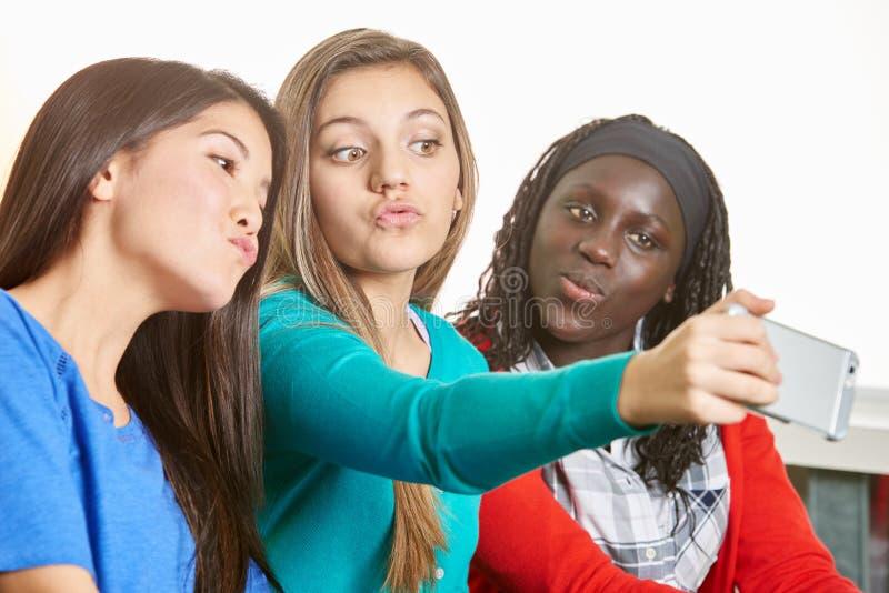 Trois adolescentes prenant un selfie image libre de droits