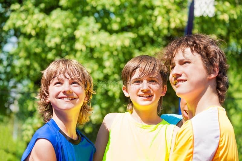 Trois adolescents heureux souriant et recherchant photographie stock