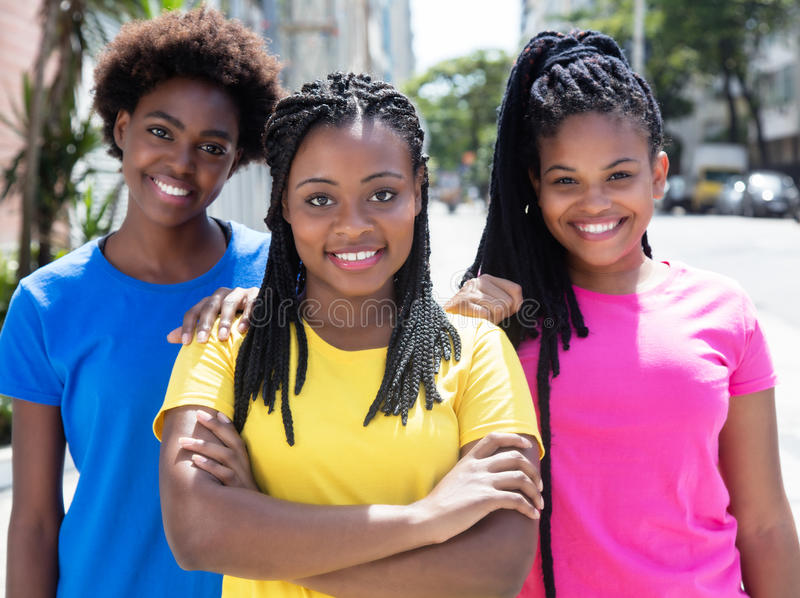 Trois amies d'afro-américain dans la ville images libres de droits