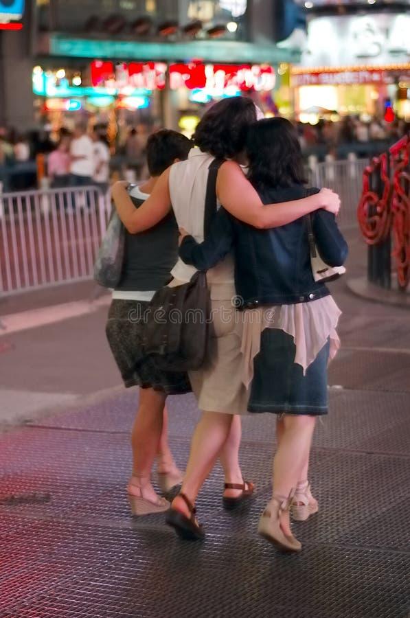 Trois amis à l'extérieur pour la soirée photos libres de droits