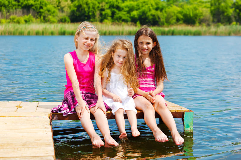 Trois amis aux pieds nus photos stock