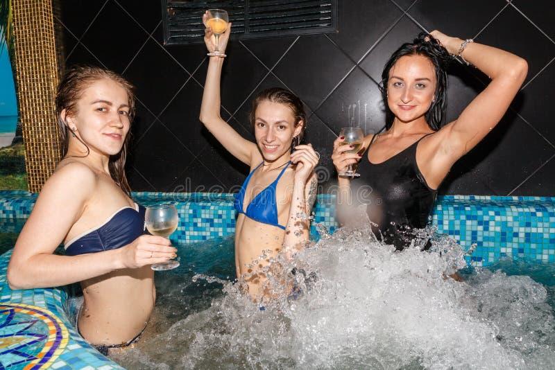 Trois amis féminins en piscine images libres de droits