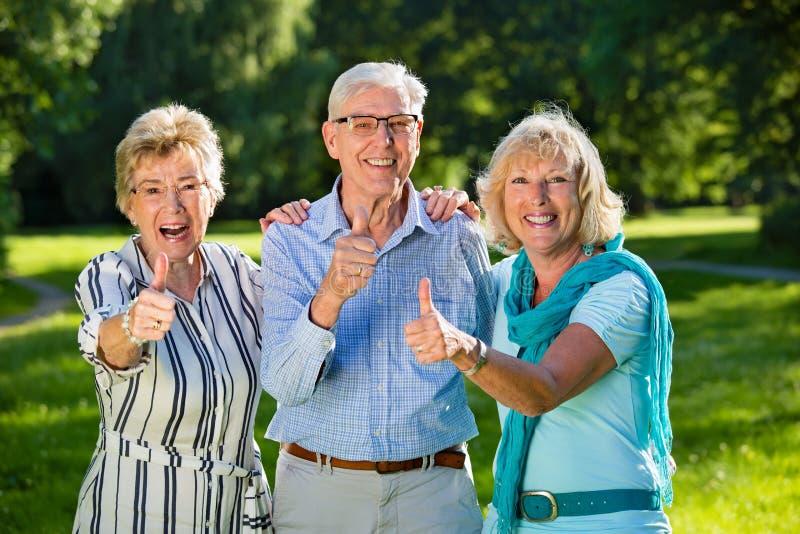 Trois amis supérieurs montrant l'optimisme photo libre de droits