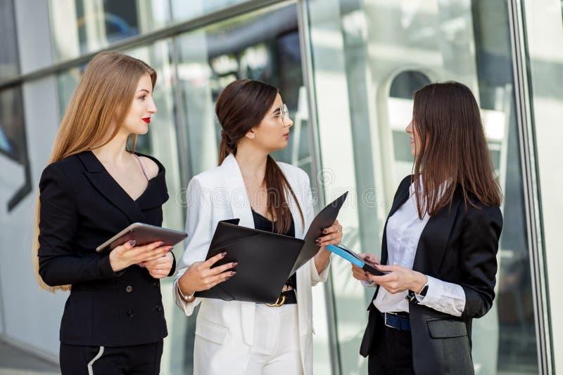 Trois associés adultes discuter le plan Concept pour des affaires, le marketing, des finances, le travail, la planification et le images libres de droits