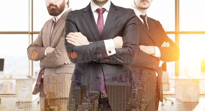 Trois associés dans le bureau avec de grandes fenêtres photos libres de droits