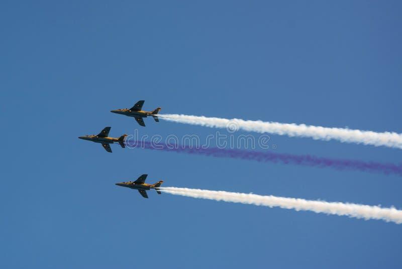 Trois avions colportent le vol d'AJT côte à côte photos libres de droits