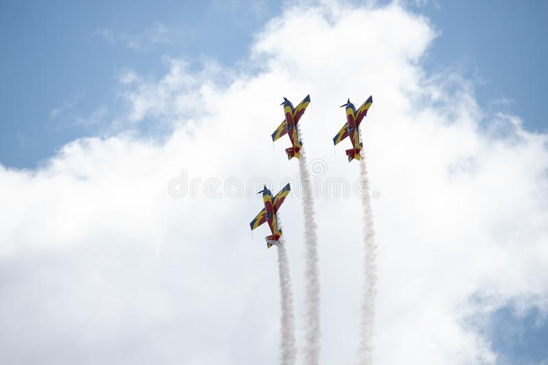 Trois avions dans le ciel dans des nuages exécutant des acrobaties pendant un salon de l'aéronautique à l'aéroport roumain de Kog image stock