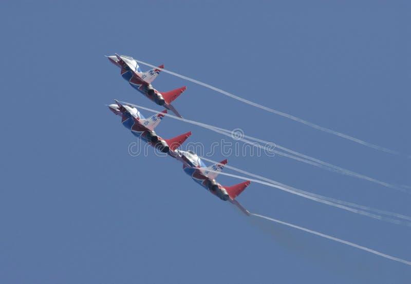 Trois avions MIG29 exécutent conjointement un tour photographie stock